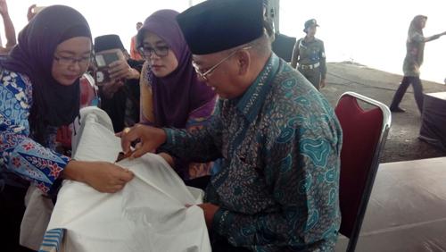 Menorehkan Canting: Didampingi Ketua Tim Penggerak PKK Kabupaten Malang Hj Jajuk, Bupati Malang Dr H Rendra Kresna Menorehkan Canting Pada Kain Batik