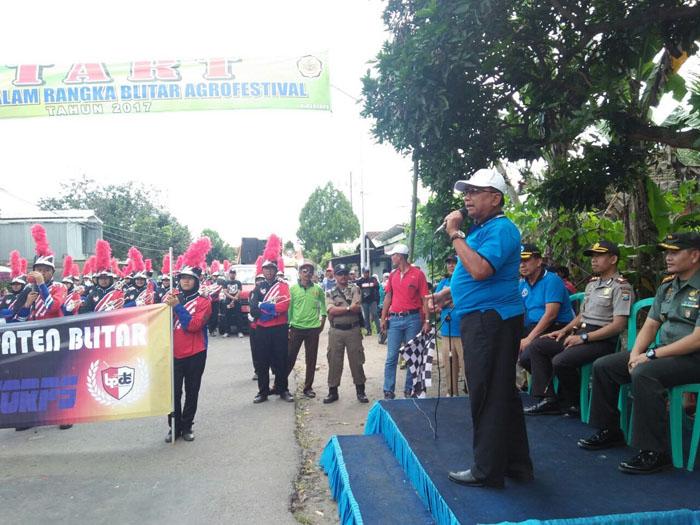 Bupati Blitar, Rijanto memberangkatkan Pawai produk pertanian di pertigaan Tlogo Kanigoro