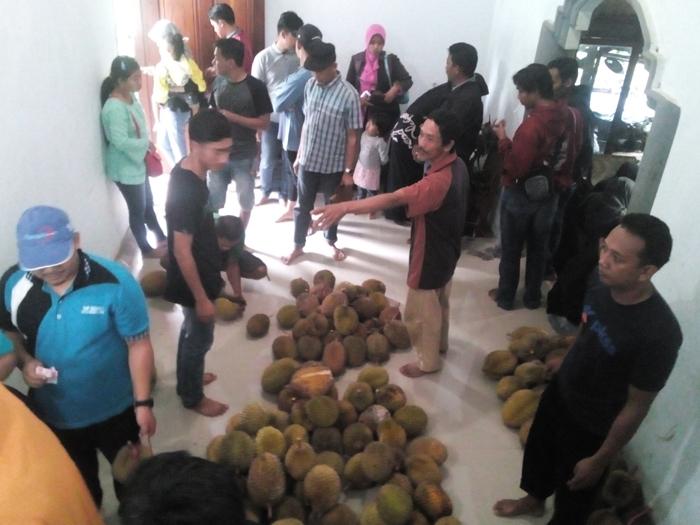 Nikmatnya Durian Lokal Lumbang Dengan Susana Khas Pegunungan