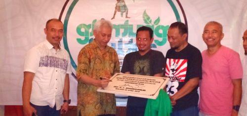Prof Bisri saat menandatangani pergantian nama menjadi Kampung Glintung Kuktur. (ist)