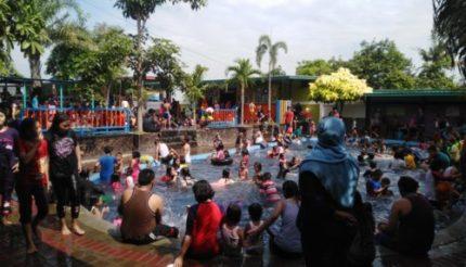 Dua Wisata Kolam Renang, Dipadati Pengunjung