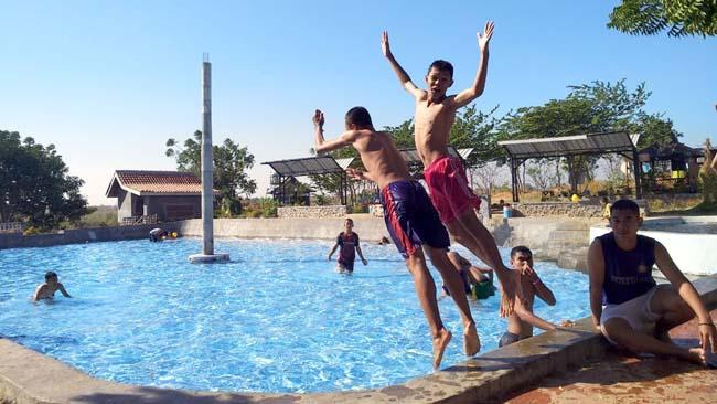 BERENANG: Rombongan pelajar kelas XII IPS 3 SMAN 1 Panji Situbondo saat latihan renang bersama di wisata bukit CIP. (im)
